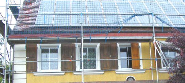 Haus bekommt Fotovoltaikanlage installiert