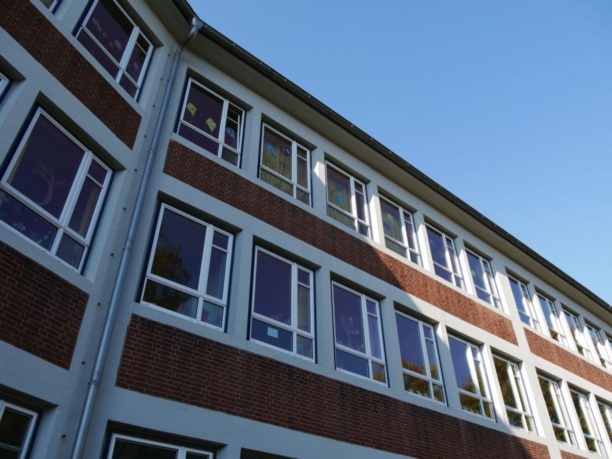 Typische ungedämmte Fassade einer Schule