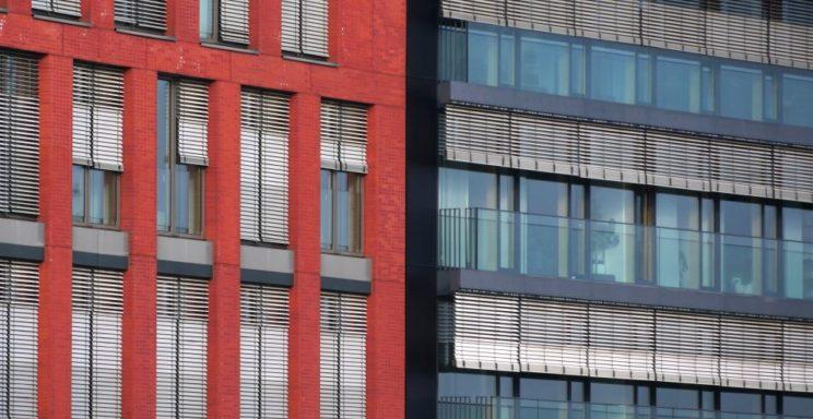 Bürohausfassaden mit Sonnenschutz