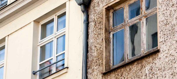 Gegensatz zwischen modernisierter und unsanierter Hausfassade