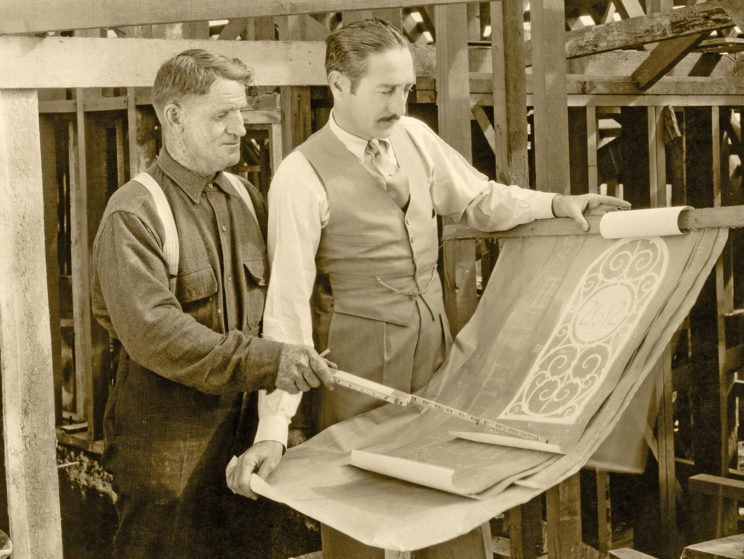Zwei Männer bei Beratung auf der Baustelle in der Vergangenheit