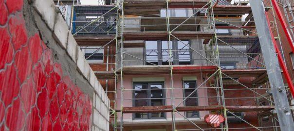 Blick auf die eingerüstete Baustelle