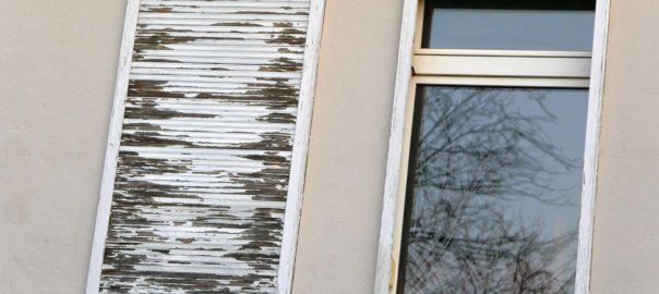 Alte Fenster mit beschädigten und schmutzigen Rahmen