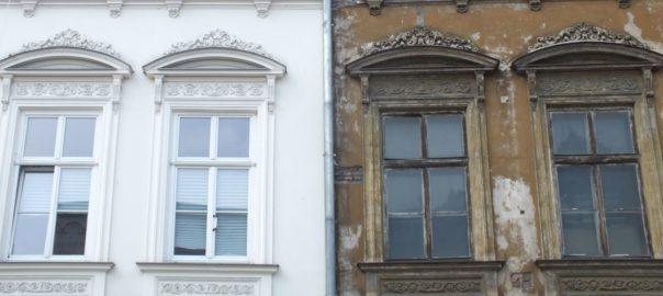 Gegenüberstellung: sanierte und unsanierte Fassade