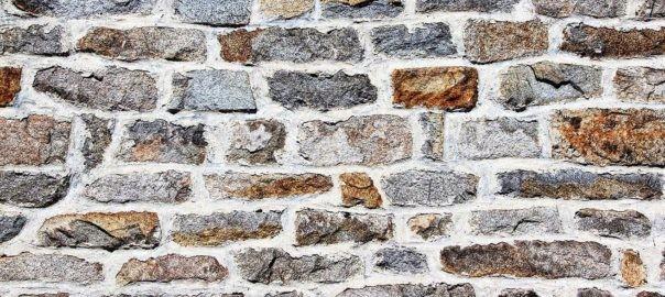 Scheckiges Mauerwerk in Grau- und Brauntönen