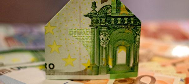 Haus aus Geldschein gefaltet