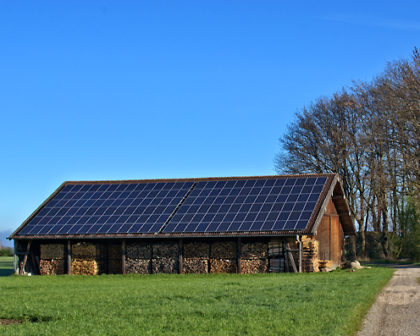Holzschober mit Fotovoltaikanlage