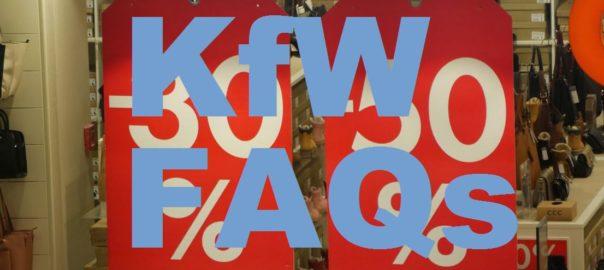 grosse Buchstaben KfW-FAQ vor Preisschildern