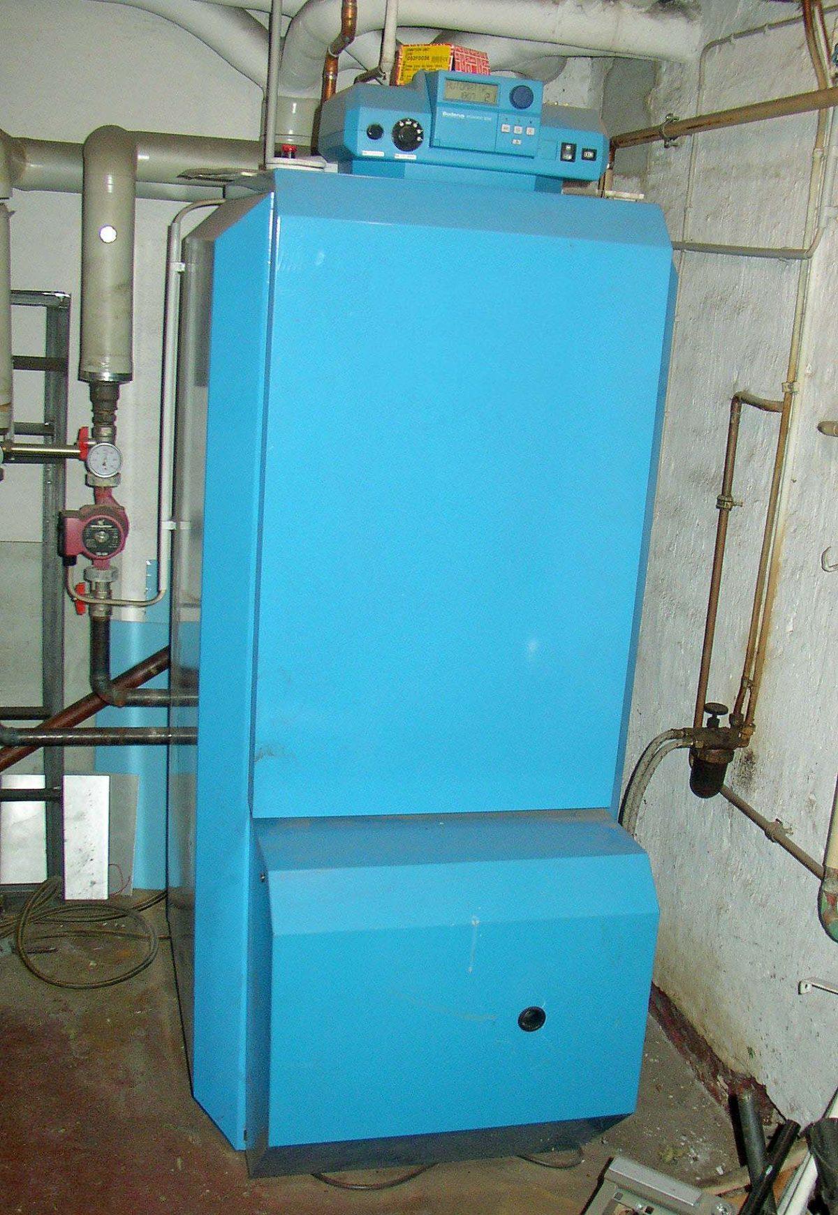 Konventionelle Ölheizung in Blau mit Boiler