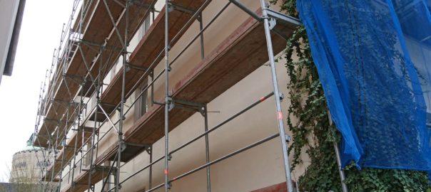 Gebäude mit Gerüst für Sanierung