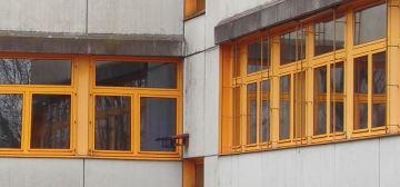 Tpyische ungedämmte Schulfassade