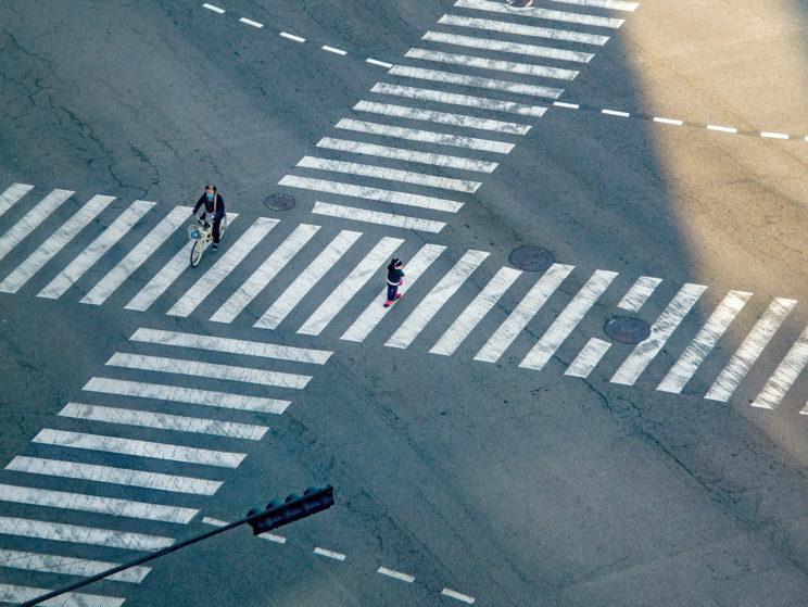 Riesiger Fußgängerübergang mit zwei kleinen Menschen